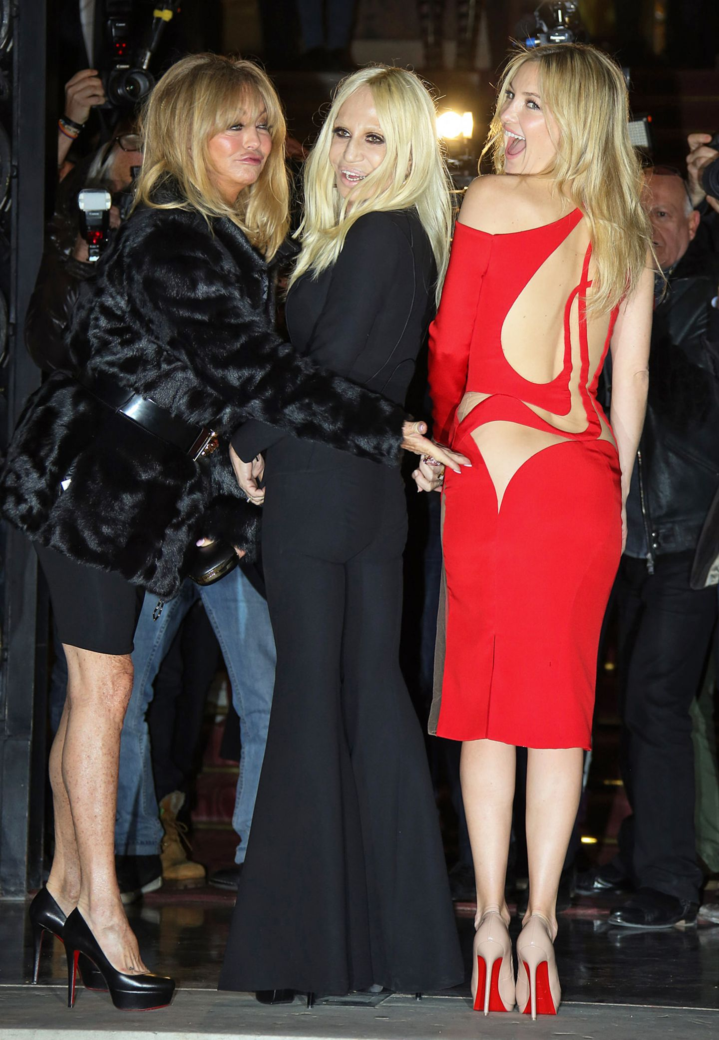Goldie Hawn, Donatella Versace und Kate Hudson, im sexy Cut-Out-Kleid aus der neuesten Kollektion, haben schon vor der Fashion-Show ihren Spaß.