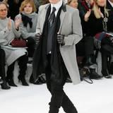 Karl Lagerfeld genießt nach der Show seinen verdienten Applaus.