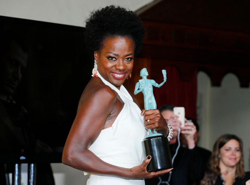 Viola Davis posiert stolz mit ihrer Trophäe.