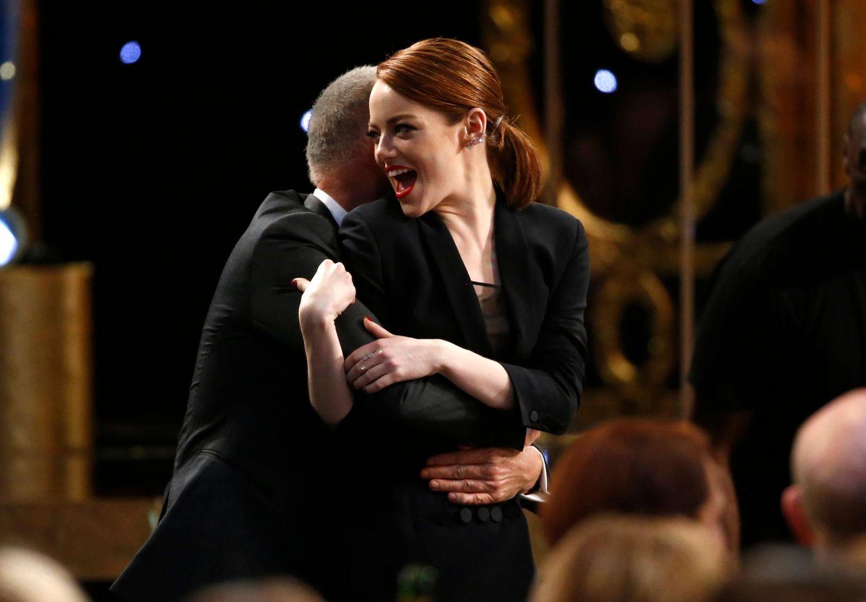 Emma Stone wird stürmisch von Michael Keaton umarmt.