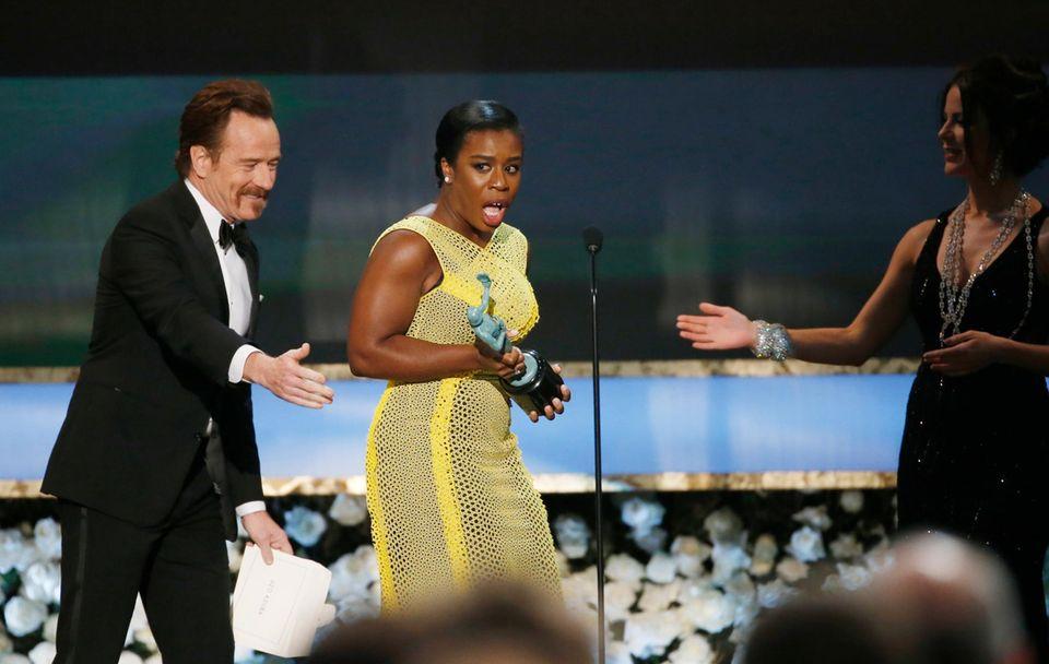 """Uzo Aduba bekommt den Preis für ihre Darstellung in der Serie """"Orange Is The New Black""""."""