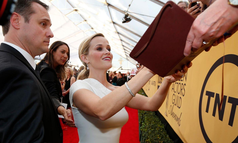 Reese Witherspoon gibt fleißig Autogramme.