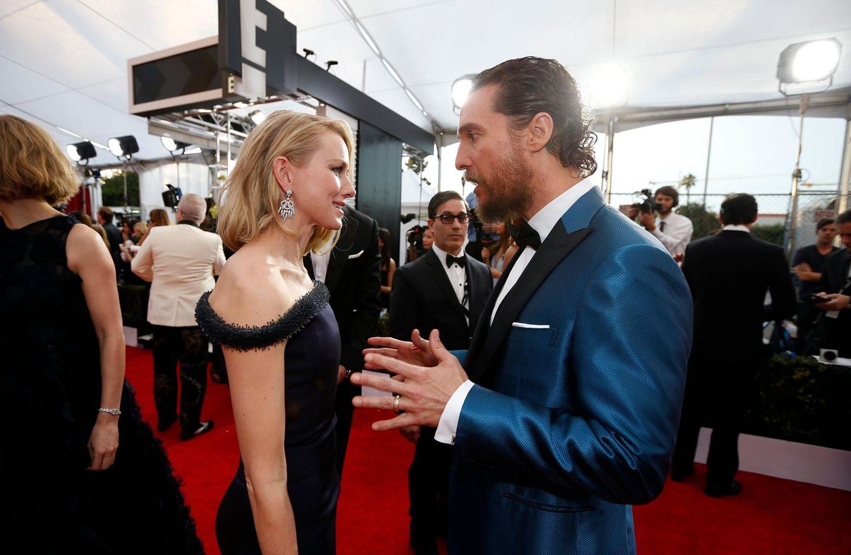 Naomi Watts plaudert mit Matthew McConaughey.