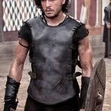 """""""Game of Thrones""""-Schönling Kit Harington überzeugt nicht nur mit verträumten Augen und einer tollen Wuschelmähne, sondern auch mit knallharten Muskeln und einem athletischen Körperbau."""