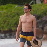 """""""White Collar""""-Star kann sich am Strand wirklich sehen lassen. Mit Sonnenhut und Sonnenbrille lässt er es sich auf Hawaii gut gehen."""
