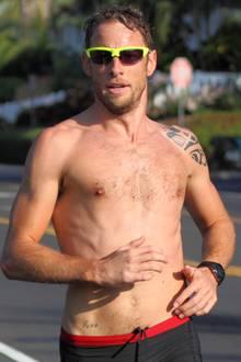 Nicht nur im Cockpit gibt der Brite Jenson Button eine gute Figur ab. Auch beim Oben-ohne-Joggen - unserer Lieblingsdisziplin - ist der Formel-1-Pilot eine echte Erscheinung.