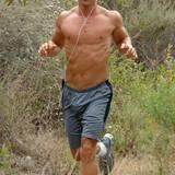 Matthew McConaughey ist ein richtiger Sportfreak. Bei täglichen Joggingrunden und Sessions im Fitnessstudio stählt er seinen definierten Körper, den wir dann auf der Leinwand bewundern dürfen.