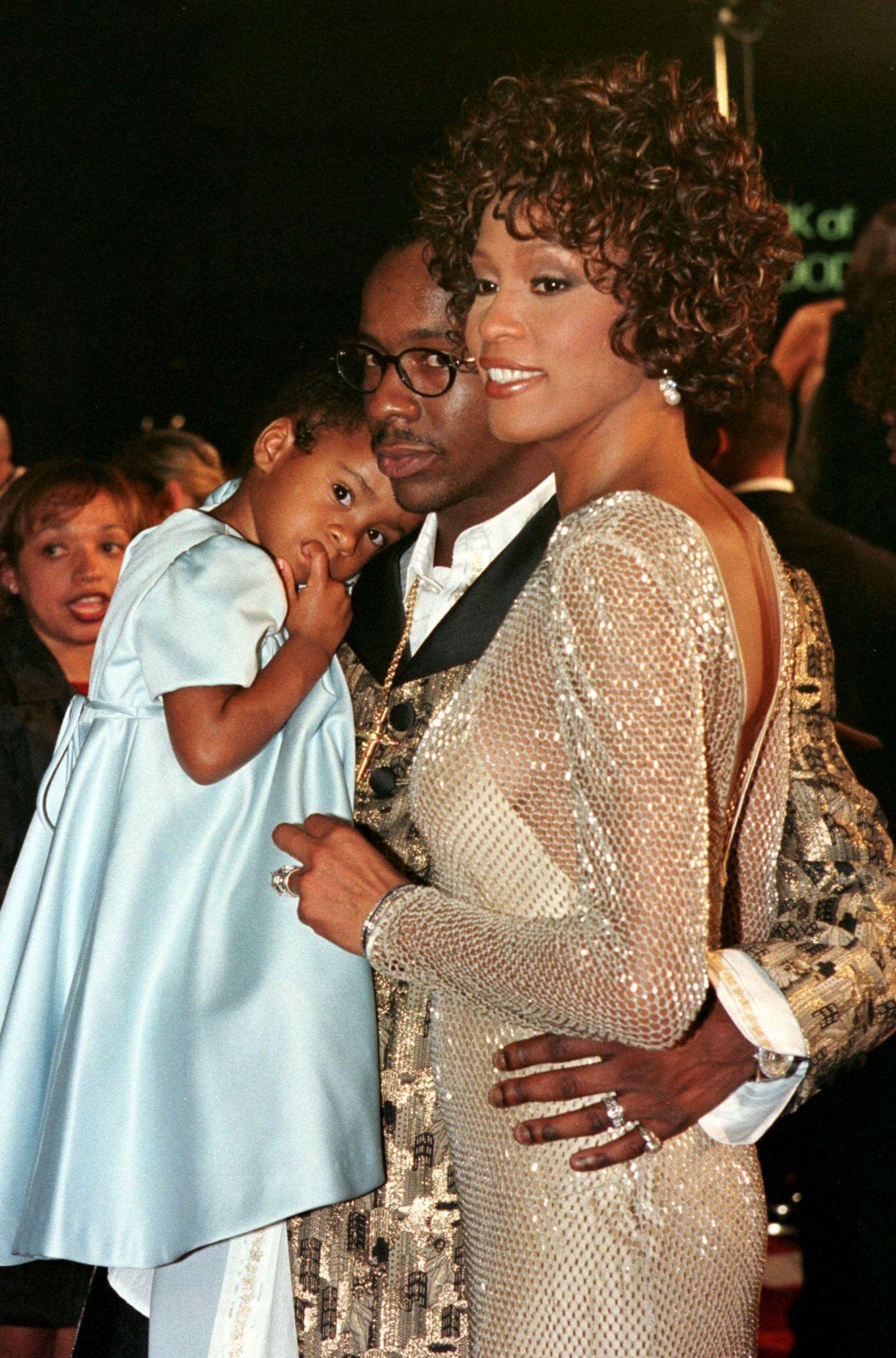 """13. Oktober 1997  Bobbi kuschelt sich an die Schulter ihres Daddys. Bei der Premiere von """"Cinderella"""" wirken die Houston-Browns wie eine glückliche Familie."""