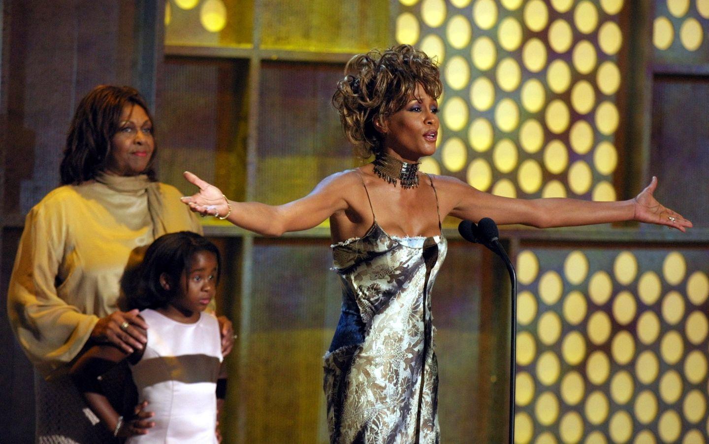 19. Juni 2001  Als Whitney einen Preis für ihr Lebenswerk in Las Vegas bekommt, sind ihre Mutter Cissy Houston und Bobbi Kristina zur Unterstützung mit auf der Bühne.