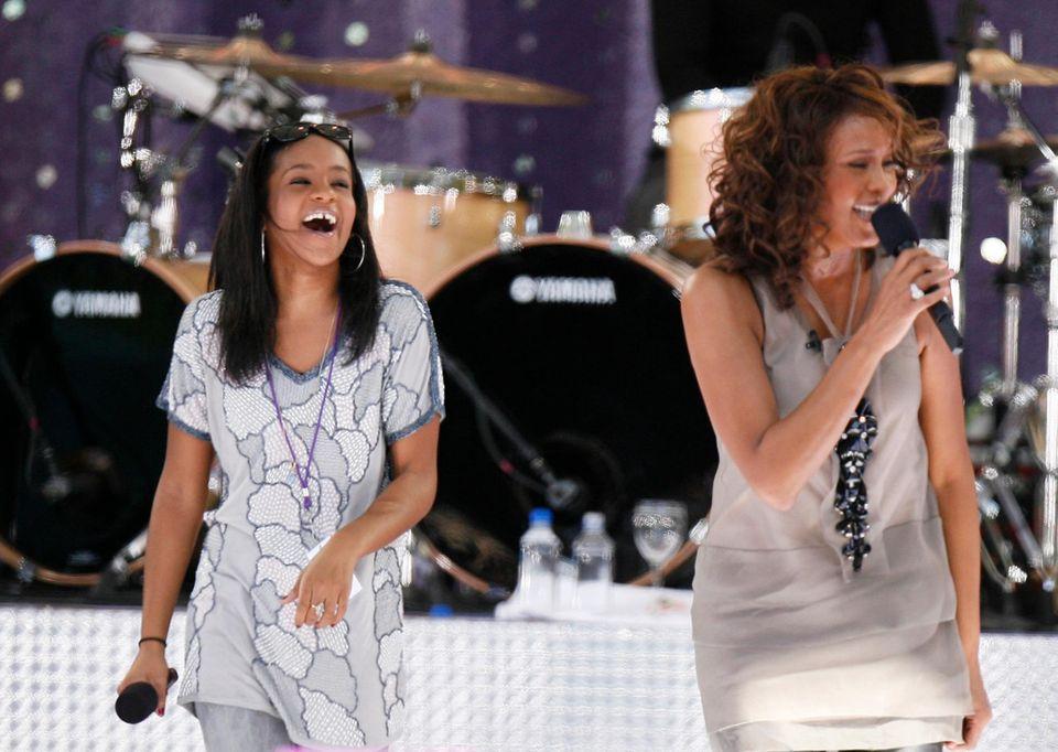 """1. September 2009  Immer wieder versucht Whitney Houston an alte Erfolge anzuknüpfen, doch es will nicht so recht gelingen. Auch der gemeinsame Auftritt mit Bobbi Kristina in """"Good Morning America"""" in New York kann daran nichts ändern."""