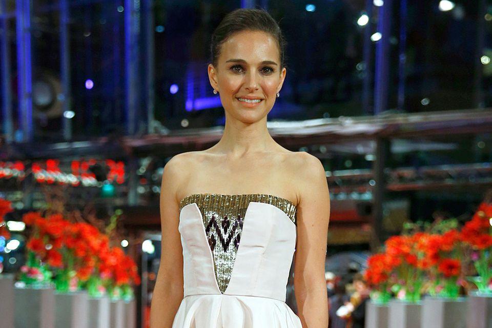 Das zartrosa Midi-Kleid mit goldenen Pailletten-Details von Christian Dior bringt Natalie Portmans elfenhafte Erscheinung großartig zur Geltung.