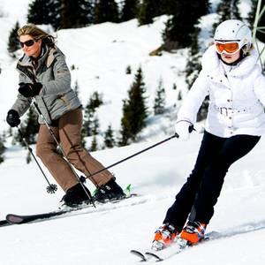23. Februar 2015  Königin Máxima und ihre älteste Tochter Amalia sausen auf Skiern den Hang in Lecher herunter.