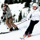 23. Februar 2015  Hui! Königin Máxima und ihre älteste Tochter Prinzessin Amalia sausen auf Skiern den Hang in Lech herunter.