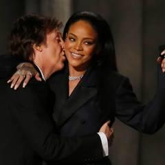 Anschließend bedankt sich Paul McCartney bei Rihanna mit einem Küsschen.