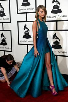 Taylor Swift zeigt Bein.