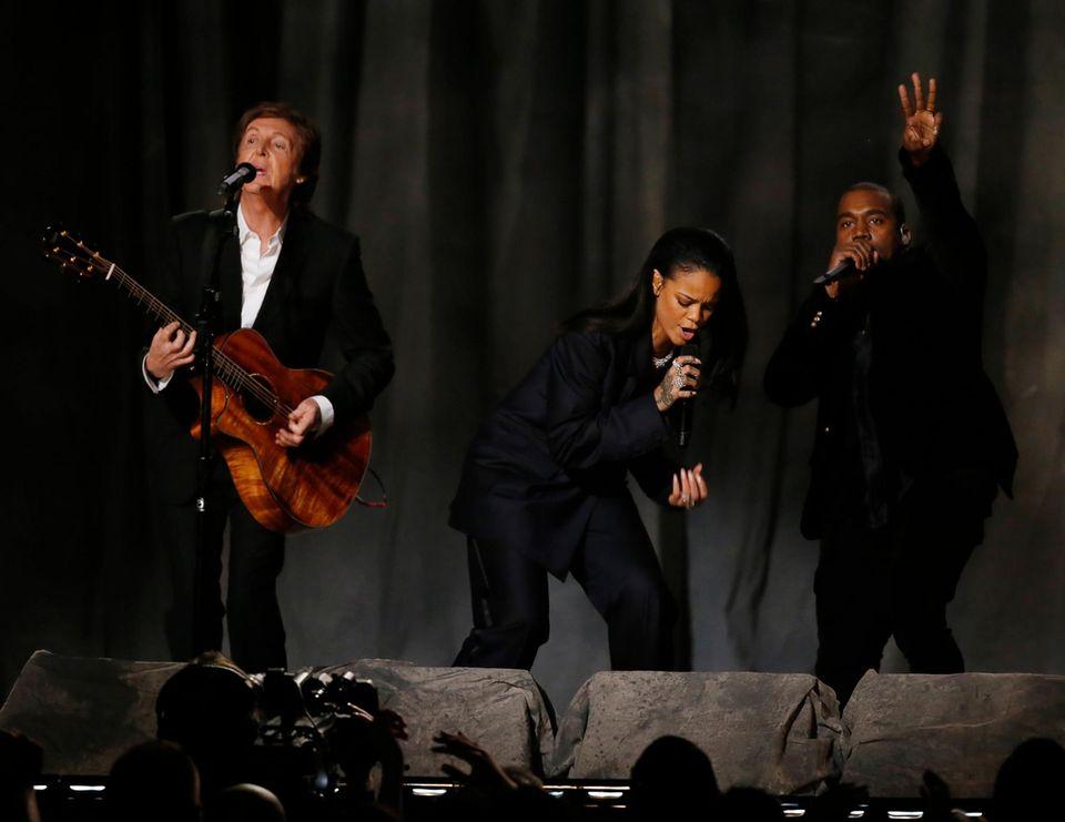 Rihanna steht mit Paul McCartney und Kanye West auf der Bühne.