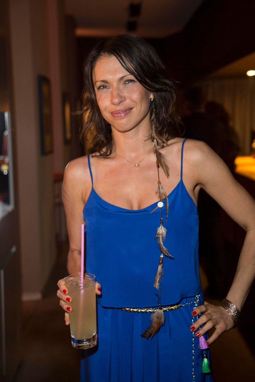 Auch Jana Pallaske ist mit dabei und gönnt sich ein Kaltgetränk.