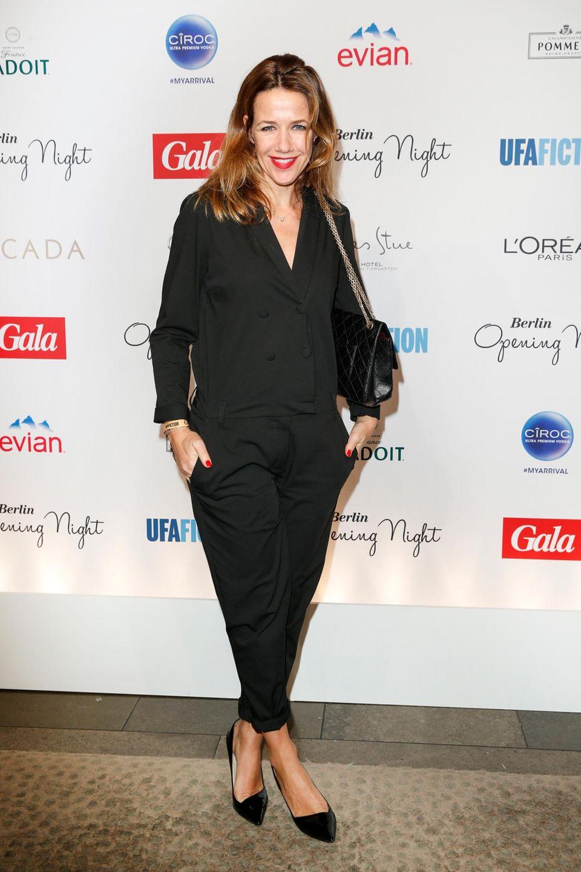 Alexandra Neldel kommt ganz in Schwarz mit roten Highlights zur Veranstaltung.
