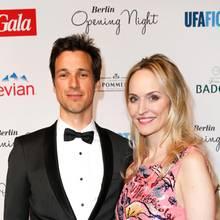 Mädchenschwarm Florian David Fitz posiert mit Gala-Chefredakteurin Anne Meyer-Minnemann für die Fotografen.