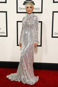 Hochgeschlossen und funkelnd wie eine Dicsokugel posiert Rita Ora auf dem roten Teppich der Grammy-Verleihung.
