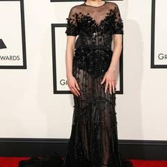 Edel und sexy zeigt sich Jessie J auf dem roten Teppich der Grammys. Das schwarze Paillettenkleid mit Durchblick stammt von Ralph & Russo Couture.