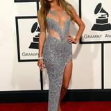 Die Haare dunkler, der Ausschnitt gewohnt tief: Paris Hilton in einem silbernen Kleid, das mehr ent- als verhüllt.