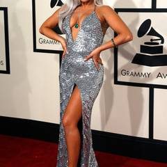 Lady GaGa zeigte auf dem roten Teppich in einem Kleid von Brandon Maxwell viel Haut und stimmte sogar ihre Haarfarbe exakt auf den silbernen Entwurf ab.