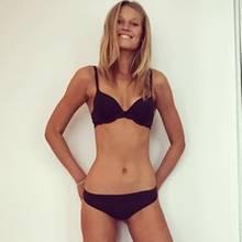 Model Toni Garrn lässt für ein Instagram-Bild die Hüllen fallen und zeigt vor dem Spiegel ihre schlichte aber sexy schwarze Unterwäsche.
