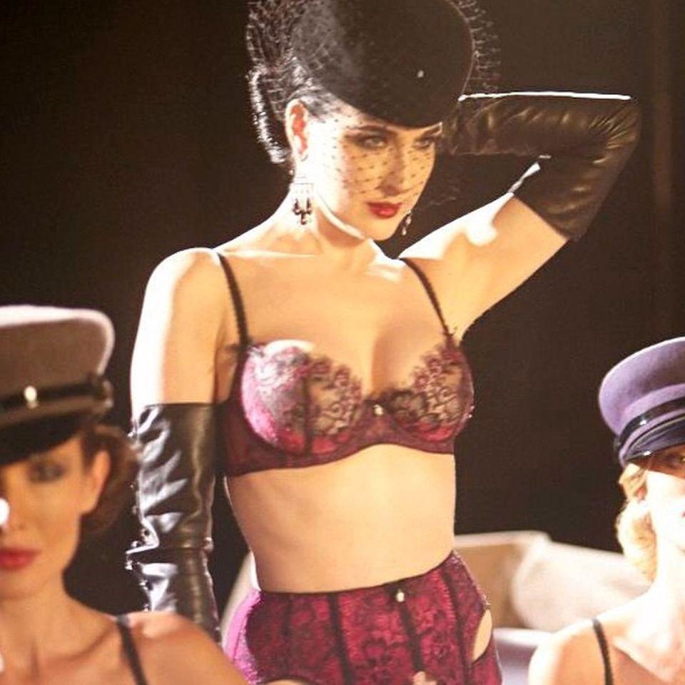 Wer, wenn nicht Dita von Teese, könnte Spitzenunterwäsche so sexy präsentieren? Mit dunklen Beerentönen und Smokey-Eyes kreiert die Burlesque-Queen einen leicht verruchten Look.