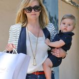 20. Juni 2013: Reese Witherspoon trägt ihren Sohn Tennessee durch Los Angeles.