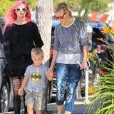 3. Mai 2016  Ein farbenfrohes Trio: Reese Witherspoon ist mit ihren Kindern Ava und Tennessee in Santa Monica unterwegs.
