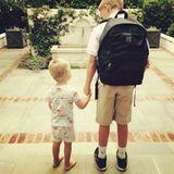 31. August 2015  Bei Reese Witherspoons Sohn Deacon geht die Schule wieder los. Sein Bruder Tennessee wartet gemeinsam mit ihm auf den Bus.