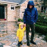 5. März 2015  Reese Witherspoon macht ihrem Mann Jim Toth auf Instagram eine Liebeserkärung und lädt ein süßes Foto von ihrem Liebsten und Sohnemann Tennessee im Regen-Dress hoch.