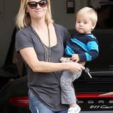18. Dezember 2013: Mutter-Sohn-Zeit für Tennessee und Reese Witherspoon - die Zwei besuchen Freunde in Brentwood.