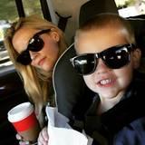 """21. November 2015  """"Reisen mit Style"""" - So in etwa könnte man wohl dieses Foto von Reese Witherspoon betiteln. Ganz cool haben sie und ihr kleiner Tennessee Sonnenbrillen für die Autofahrt ihres Wochenendtrips aufgesetzt."""