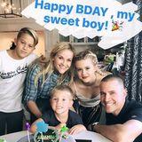 """27. September 2016  Reese Witherspoon hat ihrem Sohn Tennessee zu seinem vierten Geburtstag eine Torte mit dem Motto """"Ninja Turtle"""" geschenkt. Für ein Erinnerungsfoto versammelt sich die Familie: Sohn Deacon, Tochter Ava und Ehemann Jim Toth lachen neben der Schauspielerin und dem Geburtstagskind fröhlich in die Kamera."""