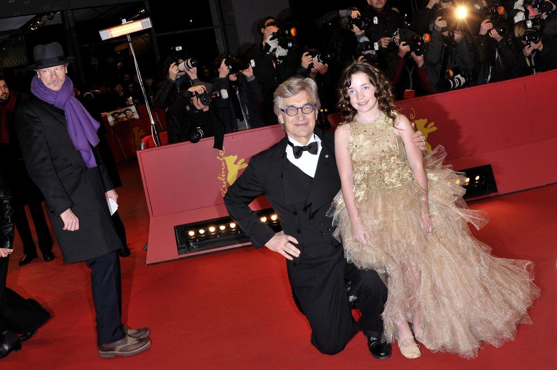 Regisseur Wim Wenders begibt sich fürs Foto auf eine Höhe mit Jungschauspielerin Lilah Fitzgerald.