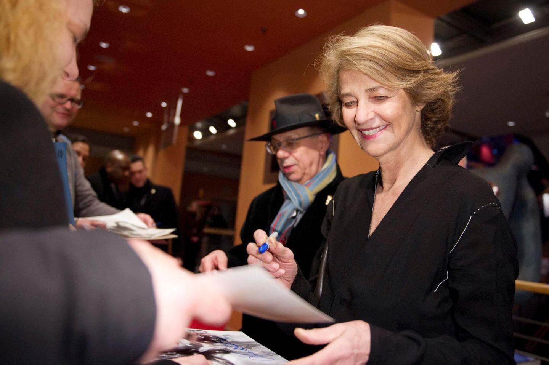 """Schauspielerin Charlotte Rampling und Festivaldirektor Dieter Kosslick geben Autogramme, bevor das US-amerikanische DRama """"45Years"""" gezeigt wird."""