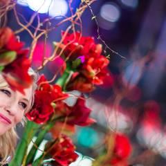 """Suchbild: Cate Blanchett """"versteckt"""" sich in der Blumen-Dekoration."""