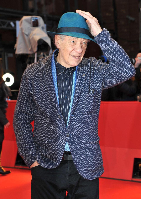 """Sir Ian McKellen kommt gut """"behütet"""" zur Premierenfeier von """"Mr. Holmes by Bill Condon"""" in den Berlinale Palast."""