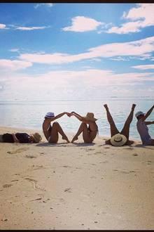 Miranda Kerr verbringt den Valentinstag mit ihren besten Freundinnen am Strand.