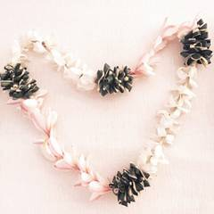 Ob Miranda Kerr diese Blumenkette von einem Verehrer bekommen hat? Offiziell ist die Ex von Orlando Bloom Single.