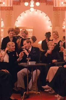 """20er - """"Grand Budapest Hotel""""  Ein gemusterter Samtmantel mit Nerz, Hut, Lederhandschuhe: Wenn Tilda Swinton (Madame D.) durch die Kulisse der Wes-Anderson-Komödie rauscht, glaubt man ein lebendig gewordenes Klimt-Gemälde zu sehen. Ralph Fiennes (Monsieur Gustave) darf als Concierge die Prada-Koffer tragen. Kostümdesignerin Milena Canonero ist absolut detailverliebt: Bis zur Pagen-Uniform stimmt hier alles."""