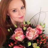 Barbara Meier wünscht ihren Fans mit einem Strauß Rosen einen schönen Valentinstag.
