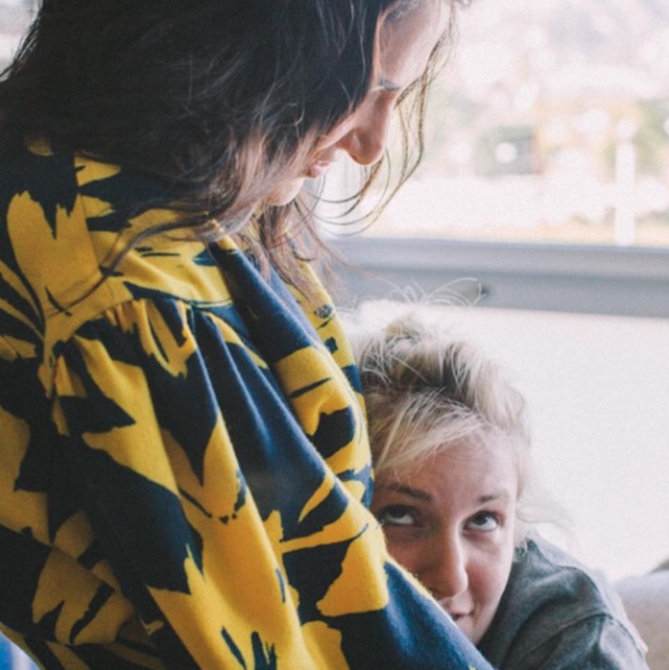 """Lena Dunham feiert lieber """"Galentine's Day"""", und dankt ihrer besten Freundin mit diesem Foto."""