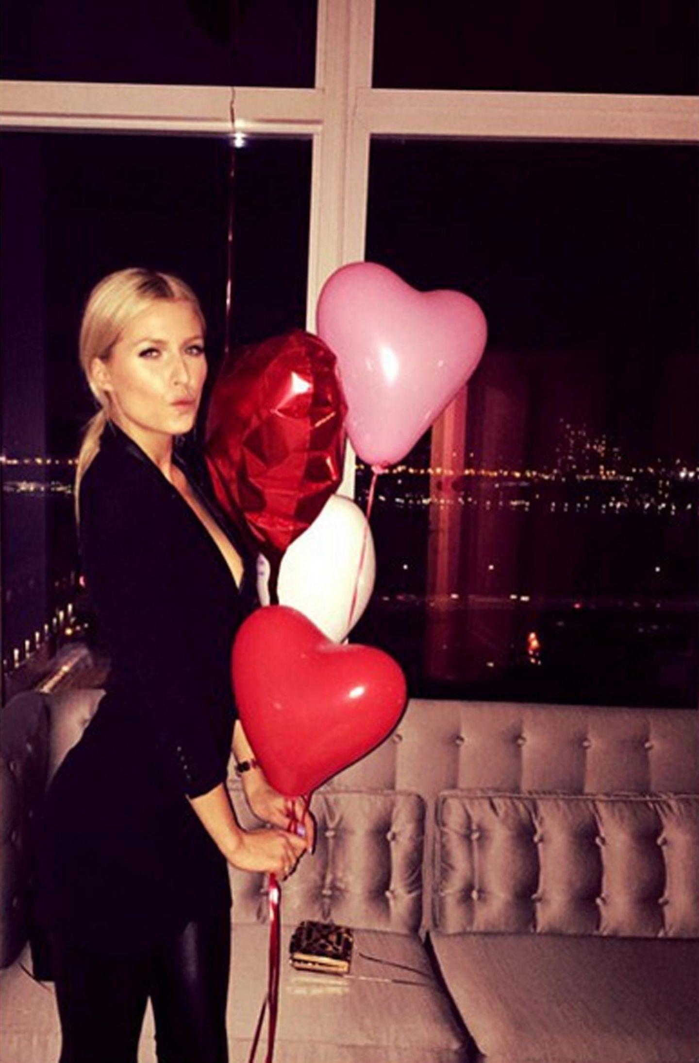 Bei Lena Gercke gibt's statt Blumen Luftballons in Herzform.