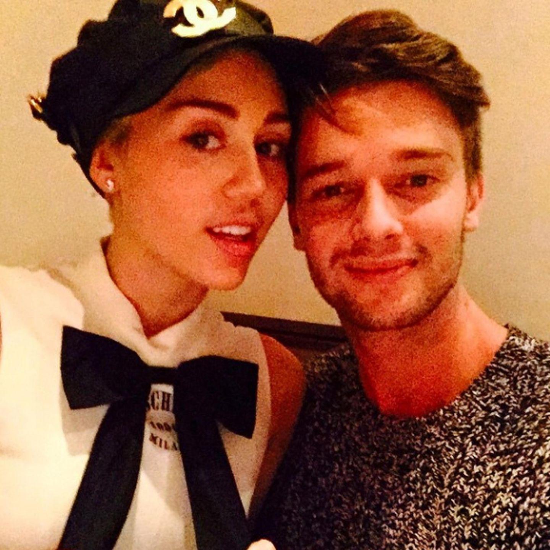 """Patrick Schwarzenegger und Miley Cyrus verbringen den Tag der Liebe ungewöhnlich züchtig. Er bezeichnet sich selbst als """"glücklichsten Typen der Welt""""."""