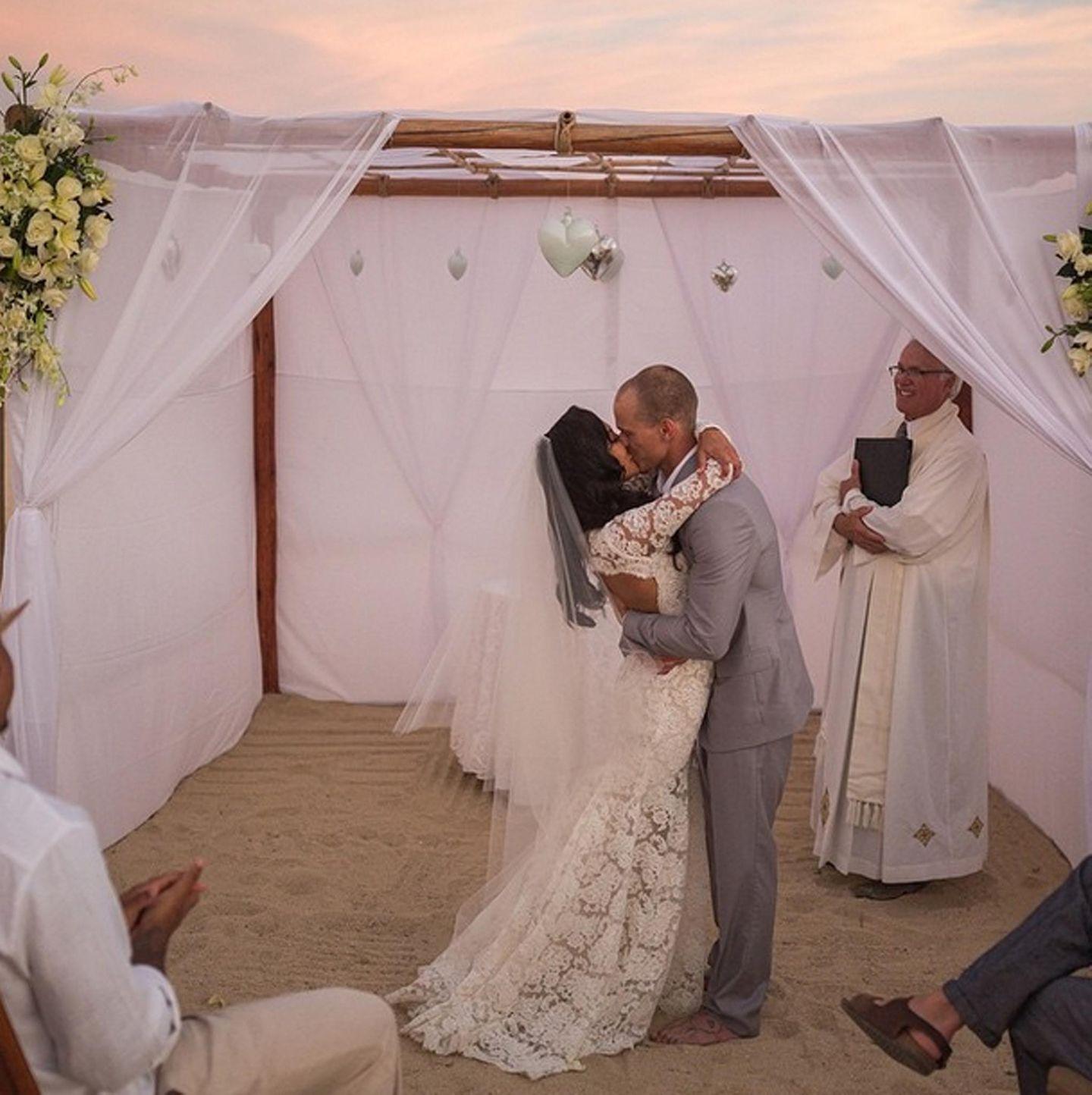 """""""Glee""""-Darstellerin Naya Rivera teilt am Valentinstag ein Foto ihrer Hochzeit mit Ryan Dorsey auf Instagram. Dazu kommentiert sie: """"Fröhlichen Valentinstag für den besten Ehemann der Welt. Ich liebe dich!"""""""