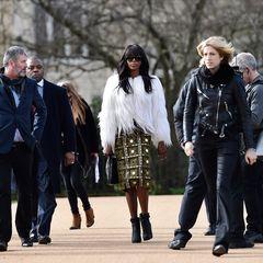 Was für ein Auftritt! Model-Diva Naomi Campbell bringt gleich Entourage und Kamerateam mit zur Burberry-Show.