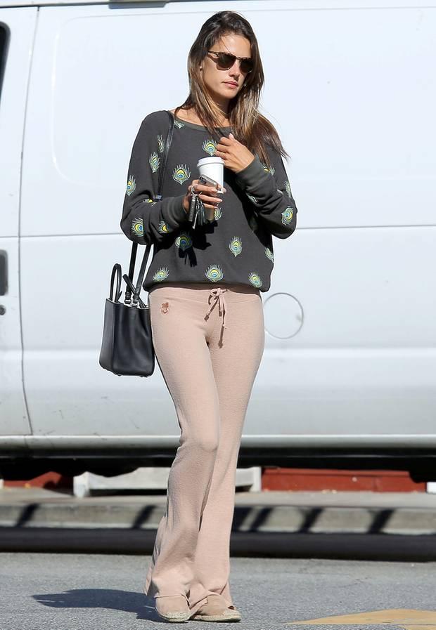 """Wenn das Karl Lagerfeld wüsste! """"Victoria's Secret""""-Engel Alessandra Ambrosio trägt die schwarze Version der """"2Jours Petite""""-Tasche von Fendi zu einem ausgeleierten Printpullover und Schlabberhose."""